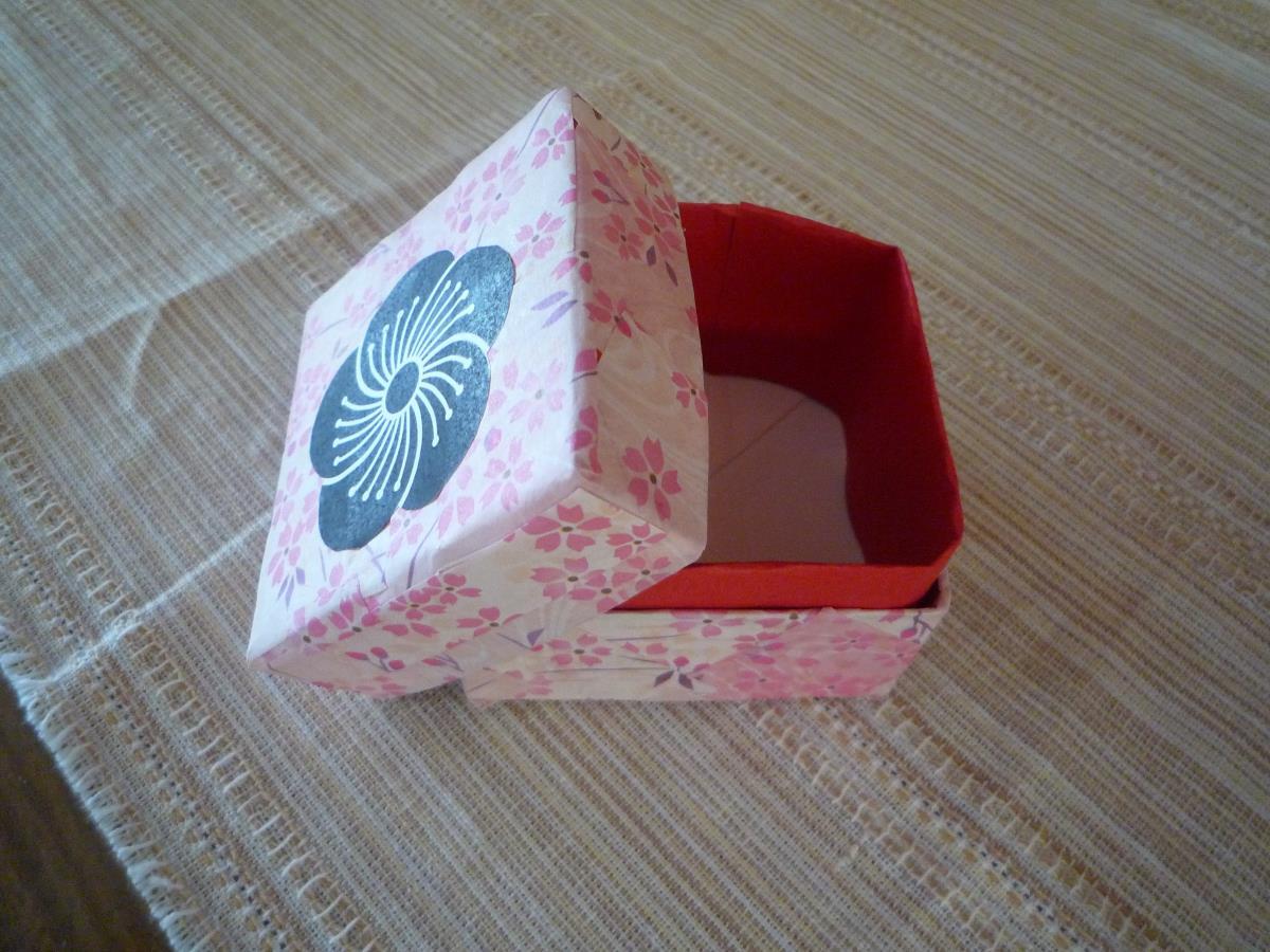 牛乳パックを使って、小箱を作りました(^^)