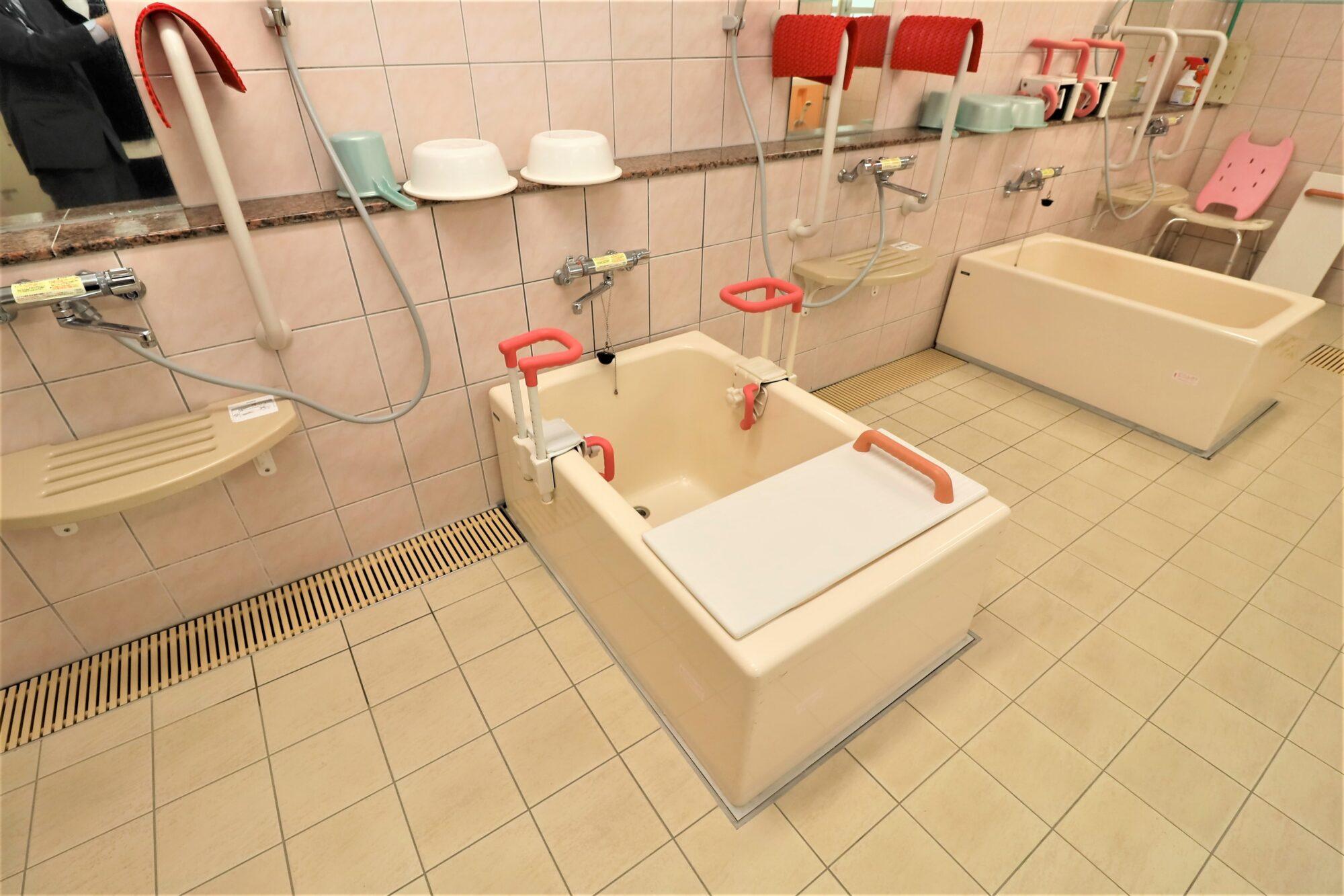 手すりやバスボードを備えた浴槽